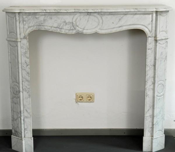 weiß-grauer marmorkamin