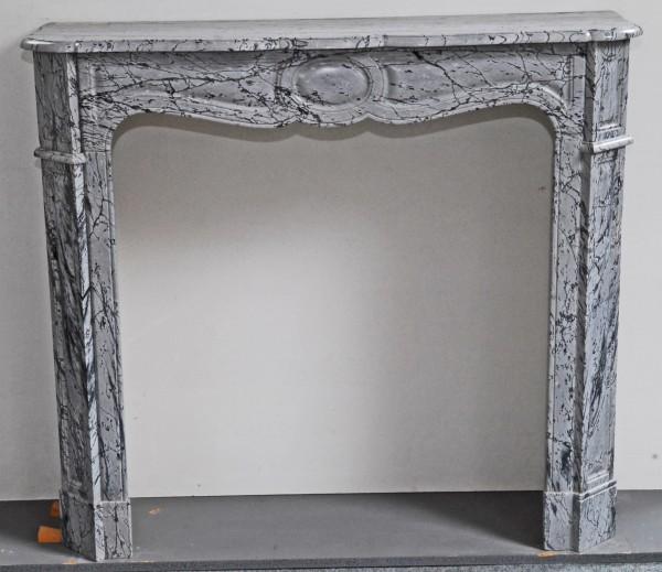 grauer marmorkamin mit dunklen adern