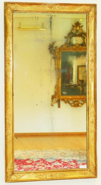 schön gearbeiteter schlichter goldener spiegel aus dem 18. jahrhundert