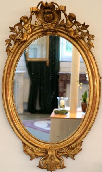 goldener ovaler spiegel mit reichen verzierungen