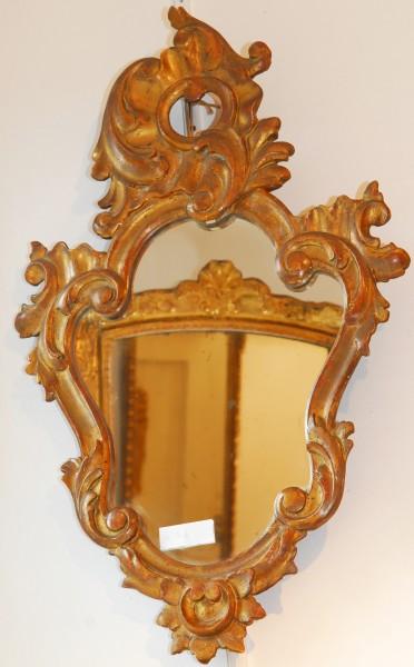 schön gearbeiteter spiegel in tropfenform