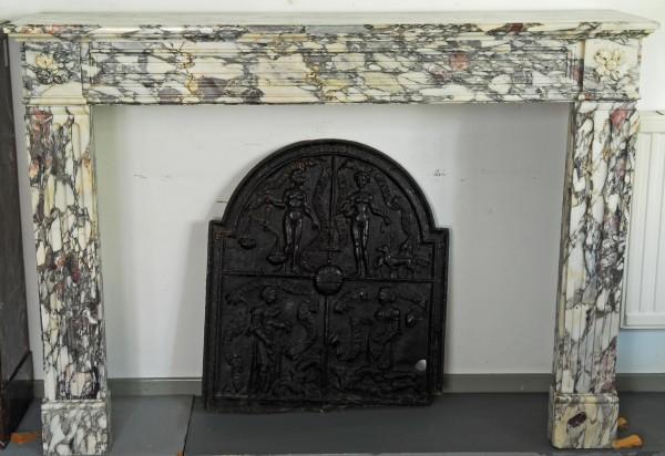 Stil: Louis XIII, Farbe: weiß mit farbigen Einschlüssen,  Ausführung: Marmor