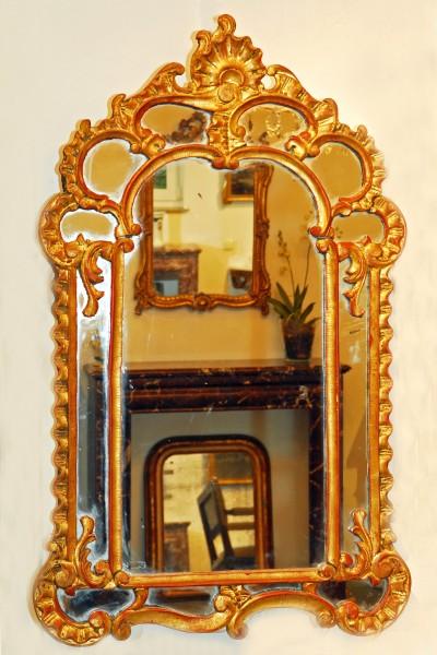 aufwendig verzierter spiegel aus dem 18. jahrhundert
