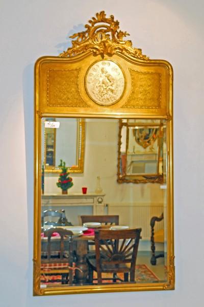 antiker Reliefspiegel in elegantem Goldrahmen mit figürlichen Medallien