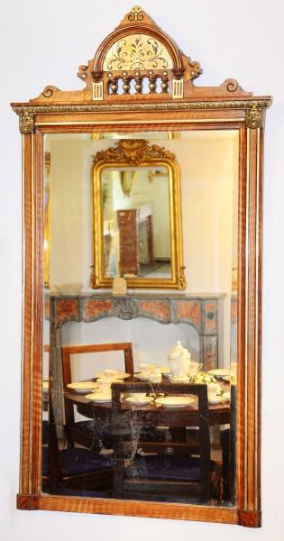 schöner spiegel mit reichen verzierungen