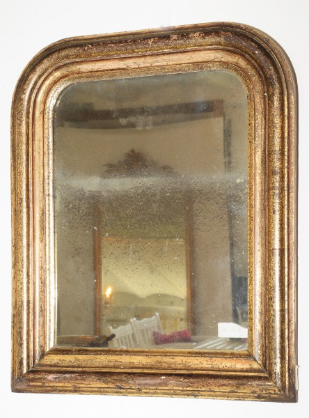 schlicht gearbeiteter spiegel aus dem 18. jahrhundert