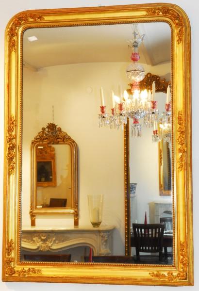 schön gearbeiteter goldener spiegel mit blüten und blättern