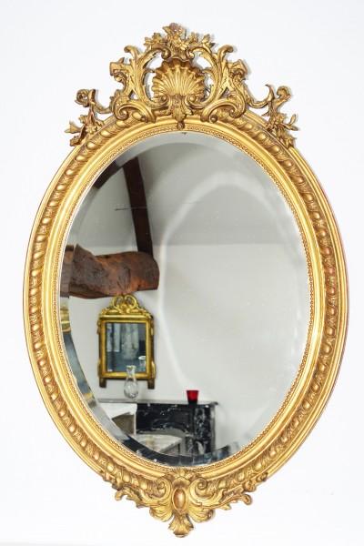 filigran gearbeiteter ovaler goldener spiegel aus dem 18./19. jahrhundert