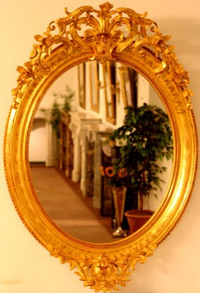 reich verzierter goldener ovaler spiegel