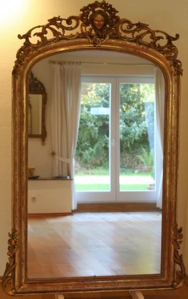 fein gearbeiteter, goldener spiegel