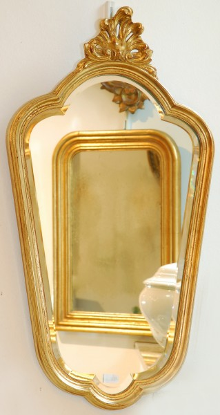 schön gearbeiteter schlichter goldener spiegel