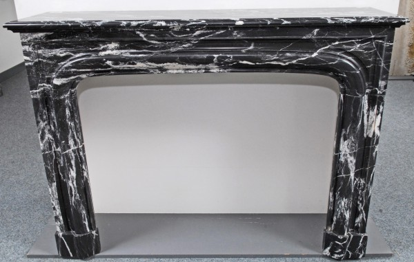 stil: louis XIII ,  schwarzer marmorkamin mit weißen streifen