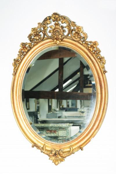filigran gearbeiteter ovaler goldener spiegel aus dem 19. jahrhundert