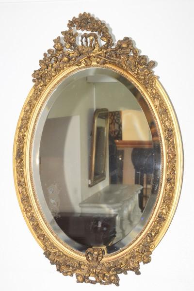 fein gearbeiteter ovaler goldener spiegel
