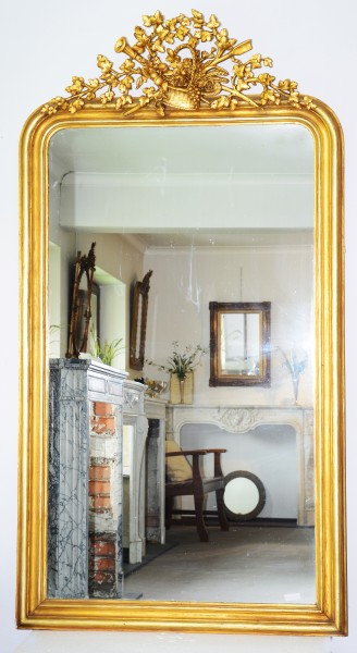 schön gearbeiteter goldener spiegel  mit verzierungen