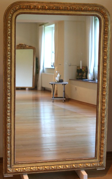 schöner verzierter goldener spiegel